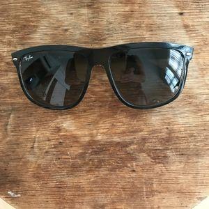 Ray-Ban Sunglasses.Black. Big lenses. Big style!
